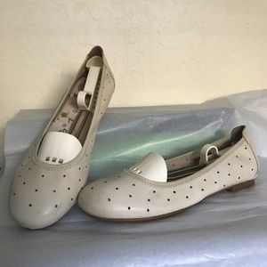 Flats. Leather Born, cream, size 9.